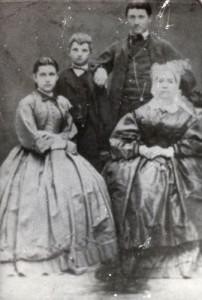 Marija Stare s sinovoma Julijem (desno) in Francetom ter hčerko Marijo